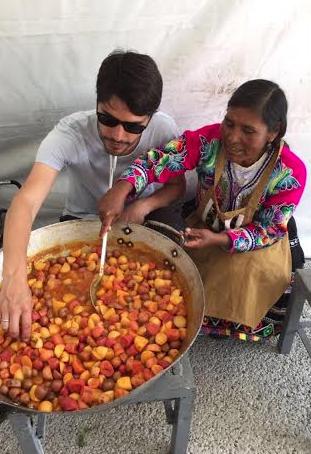 Trinidad y Virgilio preparan cebiche de papas calientes.