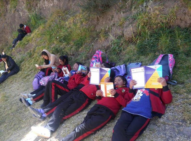 Niños leyendo felices después de almuerzo. Buena iniciativa del colegio.