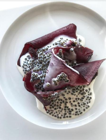 La beterragas con caviar. Sabores elegantes y definidos.
